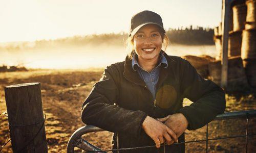 Jeune femme agricultrice travail. de la terre nature