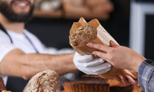 commerce, jeune vendeur en boulangerie