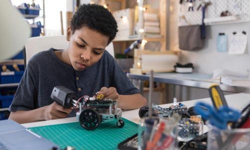 jeune garçon enseignement manuel, technique, robotique, technologie et innovation